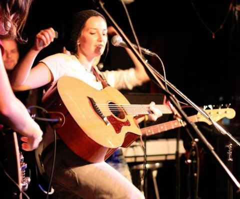Carly Thomas: Guitar & Vocals